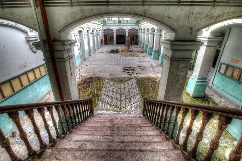 AluArt Lacour, Palace stairs with Nature