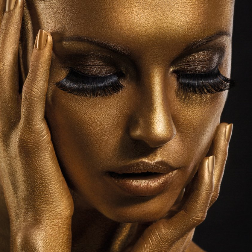 Woman in Pure gold Aluart