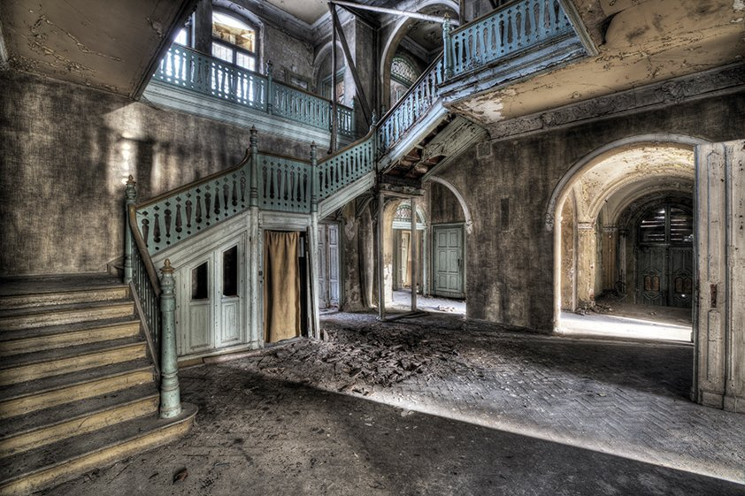 AluArt Lacour, Hall with Classic Stairs