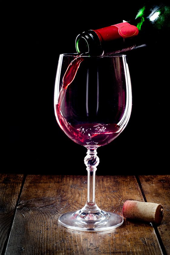 Red Wine pouring in Glass Aluart