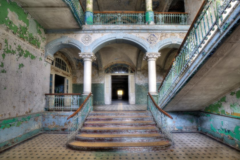 AluArt Lacour, Entrance with Stairs in Villa